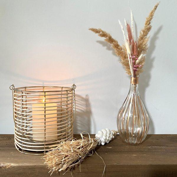 sfeerfoto lantaarn, vaasje roos en tassel